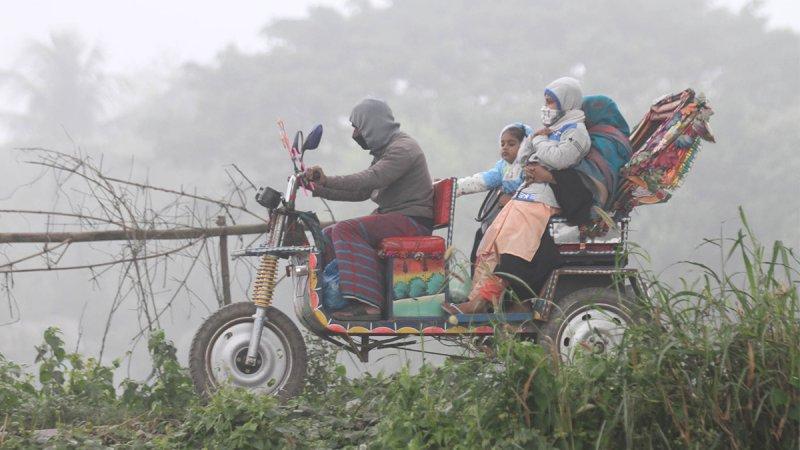কুয়াশায় গ্রামে চলাফেরায় দুর্ভোগ পোহাচ্ছে সাধারণ মানুষ